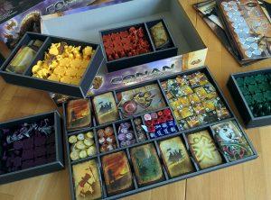 Ein Schachteleinsatz für Grundspiel und Erweiterung