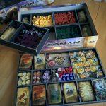 Die Spieler-Schachteln kommen als unterste Lage in die Box.