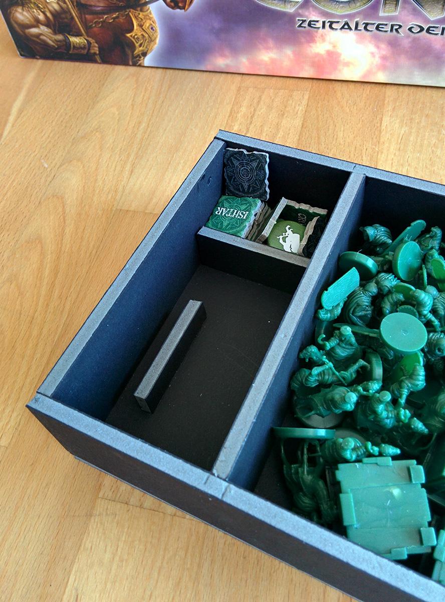 Detail des Kartenfaches in den Spieler-Schachteln. Durch die schräge Aufbewahrung kann man die Karten leicht heraus nehmen.